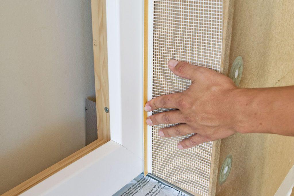 Jak montować okna i drzwi w systemie drewnianym?